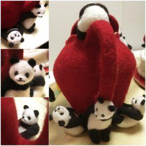 ティーポットを持ち上げる癒しパンダ